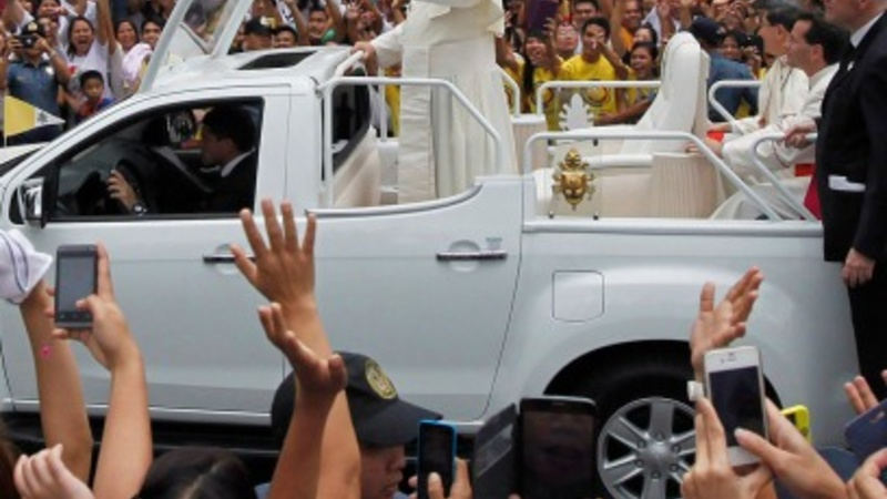 Ecstatic Filipinos cheer the Pope's arrival