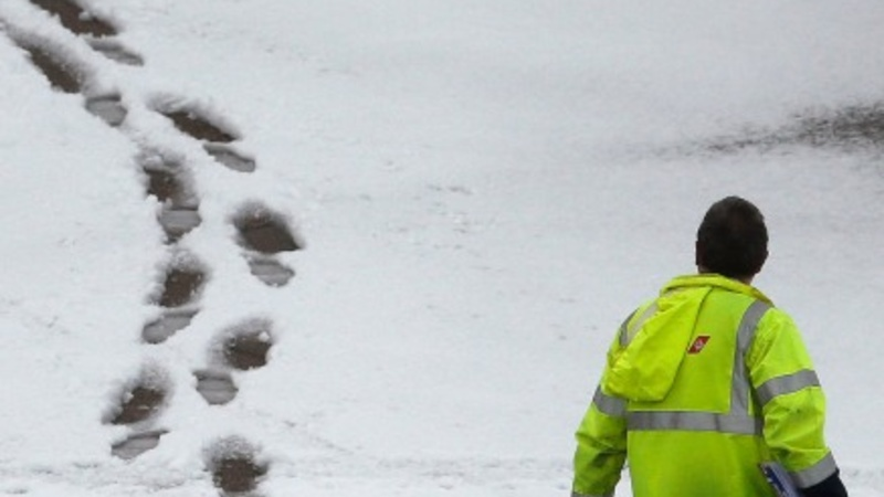 Travel chaos as snow hits north of the UK