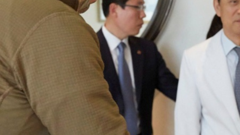 Pres. Park visits U.S. Ambassador in hospital