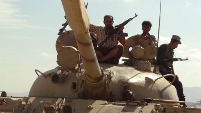 Houthis near Aden, president flees compound