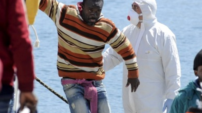 Boat carrying 700 migrants capsizes