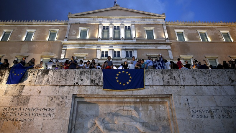 Debt noose tightens on Greece
