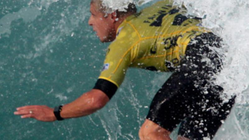 Australian surfer survives circling shark