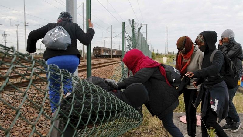 Hundreds more migrants attempt UK crossing