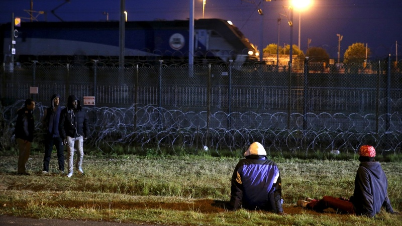 Reinforcing the 'jungle' fences in Calais