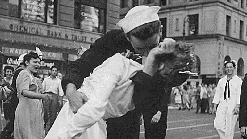 Recreating the most famous kiss