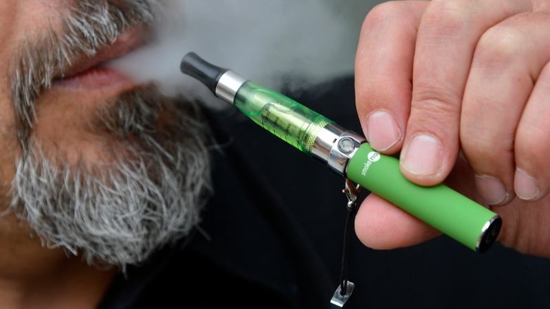 E-cigs 'should be available on prescription'