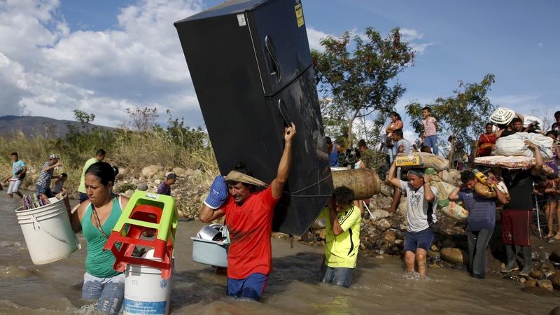 Colombians flee Venezuela in border dispute