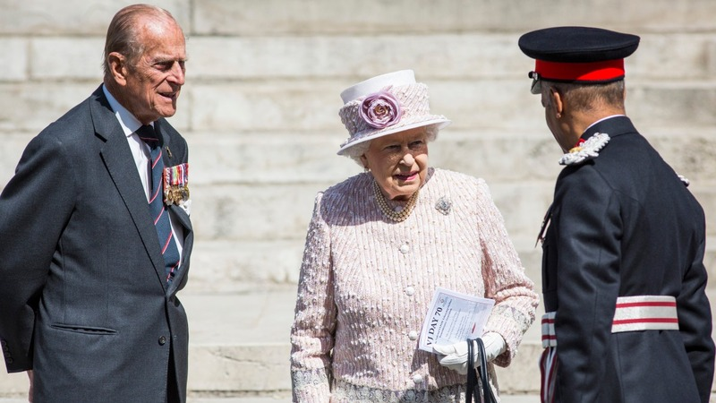 Queen shows no sign of abdication