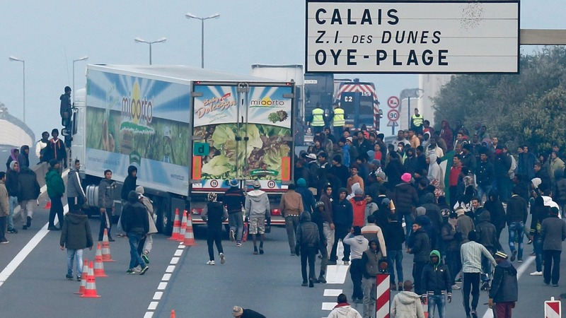 Migrants desperate to flee Calais jungle