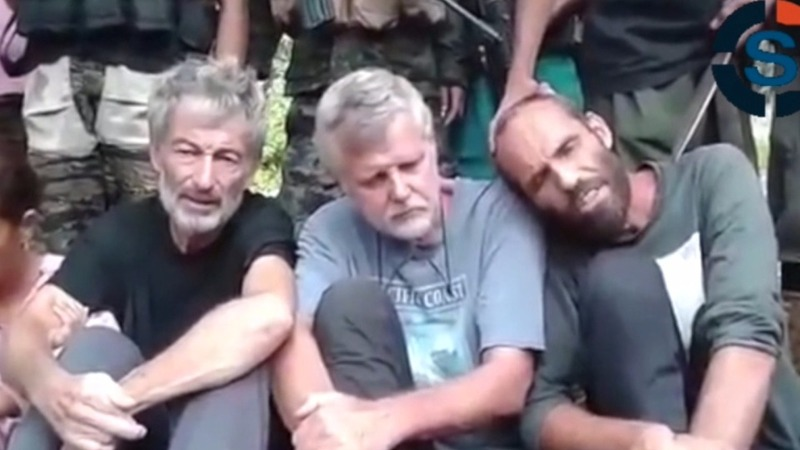 Hostages beg in new Philippines terror video