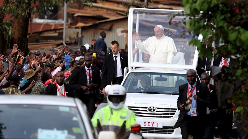 Pope Francis criticises 'elite' at slum visit