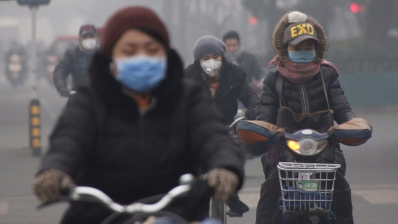 Beijing raises its first smog 'red alert'
