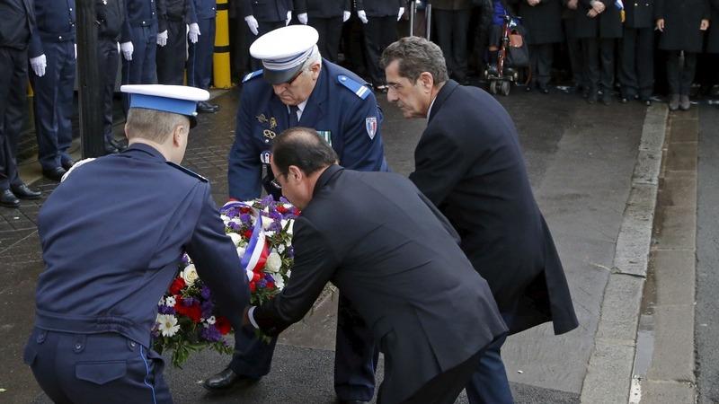 Hollande attends emotional Paris remembrance