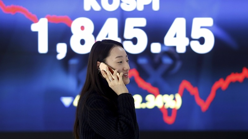 Falling oil drags world markets down