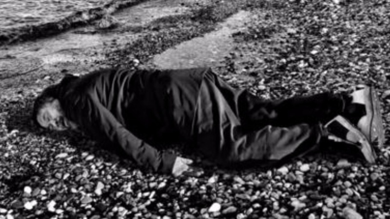 Ai Weiwei poses as drowned child refugee