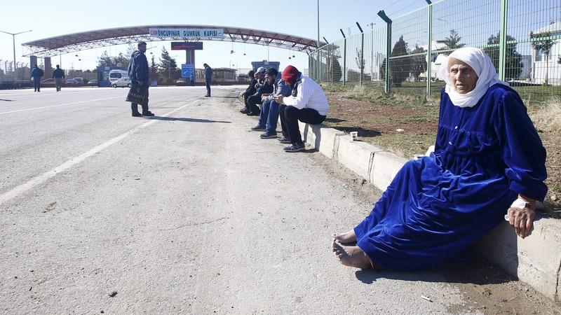 Thousands mass on Syrian-Turkey border