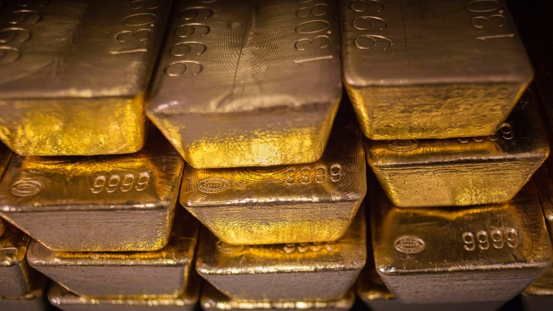 Gold shines as fear sparks stock exodus