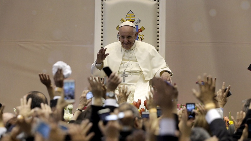 Pope Francis prays for peace for migrants