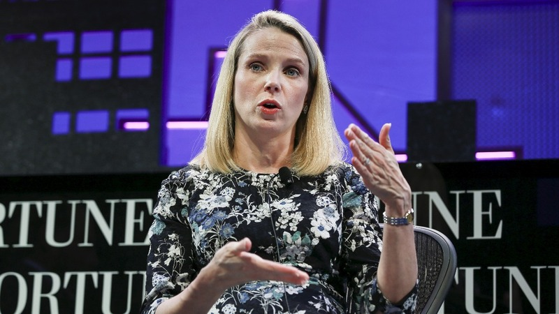 Yahoo in the red as sale buzz grows