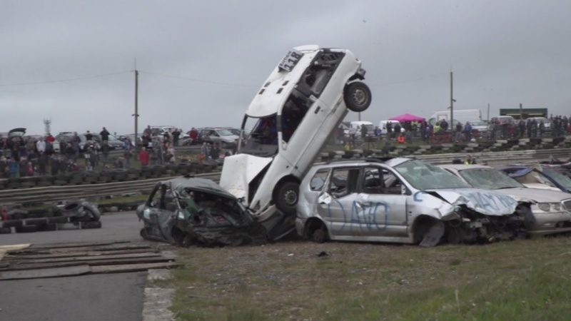 INSIGHT: Car mad Brits try dangerous 'jump'