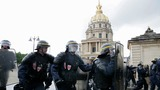 Hollande wins no confidence vote, unrest goes on