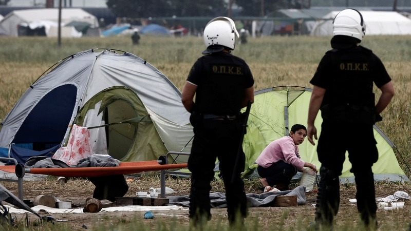 Greek riot police move in to clear Idomeni camp