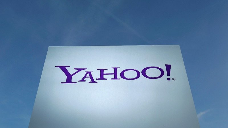 Rivals AT&T, Verizon fight for Yahoo