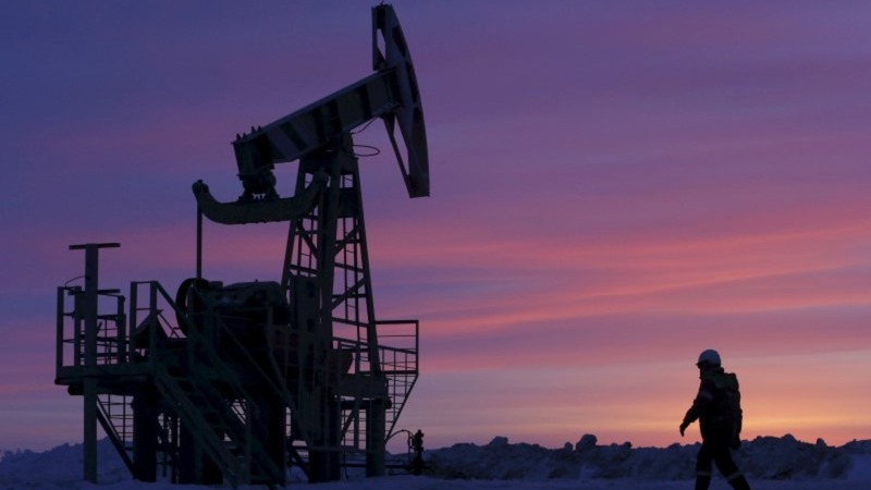 Saudi oil hints roil crude market