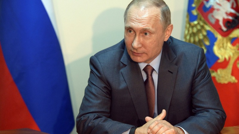 Putin flies to Crimea amid war games