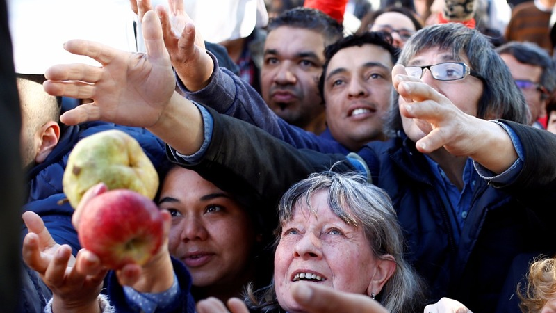 Argentina's farmers give out free produce