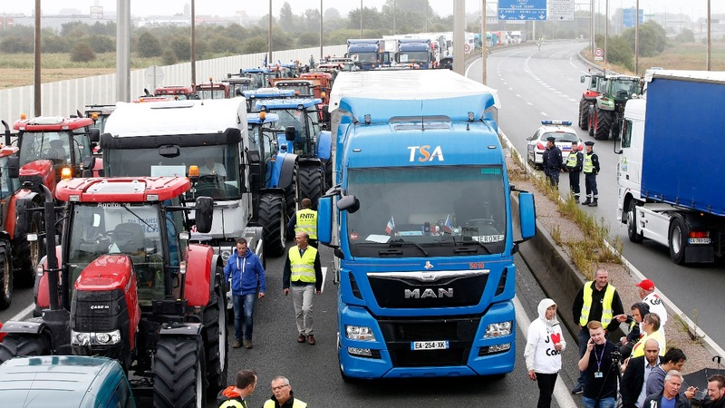 Calais protesters demand camp closure