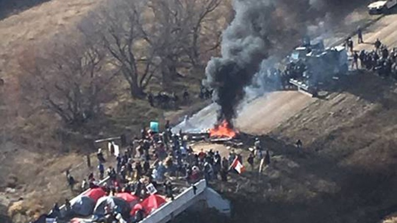 Police crack down on Dakota pipeline protesters