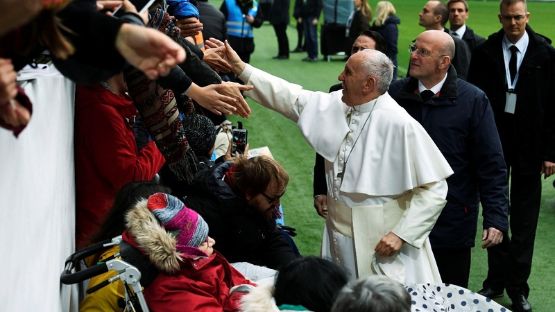 Pope Francis praises Sweden over asylum seekers