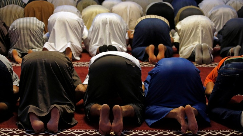French town's battle sees mayor v muslims