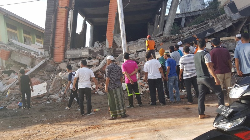 Indonesian quake kills at least 25 people