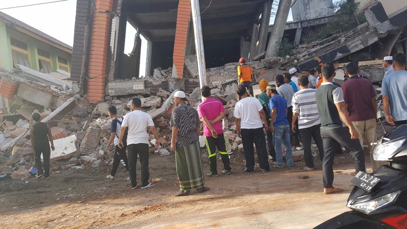 Indonesian quake kills at least 25 people