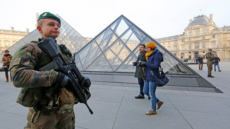 Soldier shoots machete-wielder at Paris Louvre