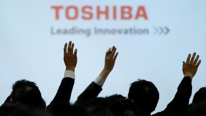 Toshiba delays earnings, takes $6.3bln hit