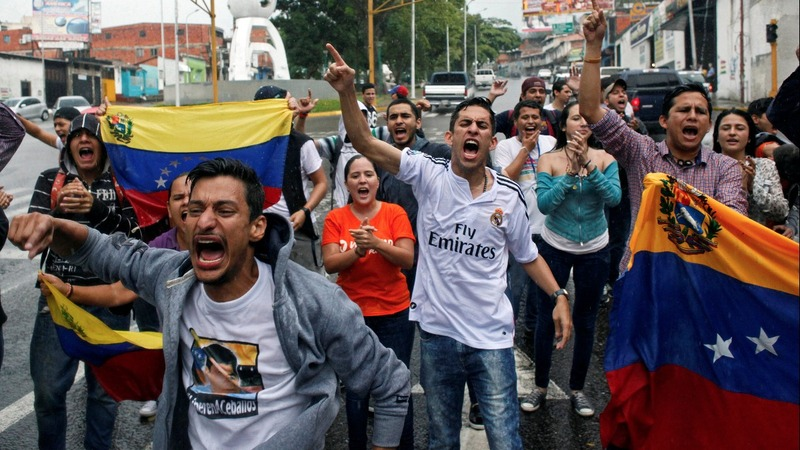Protests mount in Venezuela, top official dissents