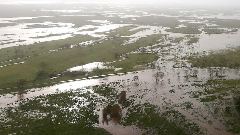 Australia cyclone kills two, thousands flee
