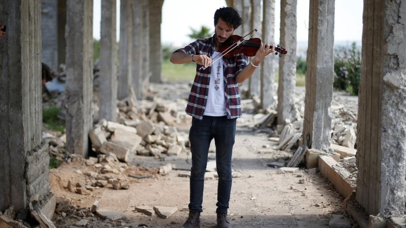 Mosul violinist returns to play amid ruins