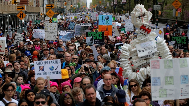 U.S. scientists rally to protest on Earth Day