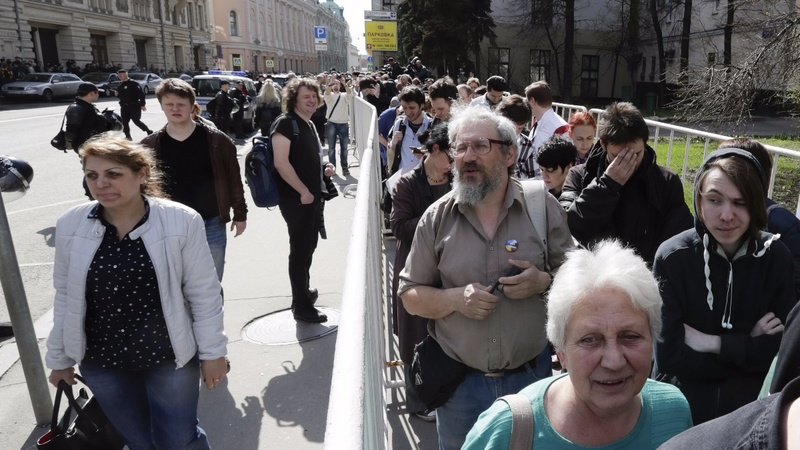 Russians, in peaceful protest, call for Putin to quit
