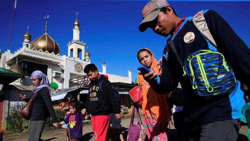 Hundreds flee as Filipino troops battle militants
