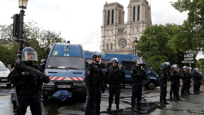 Paris police shoot man armed with hammer at Notre Dame