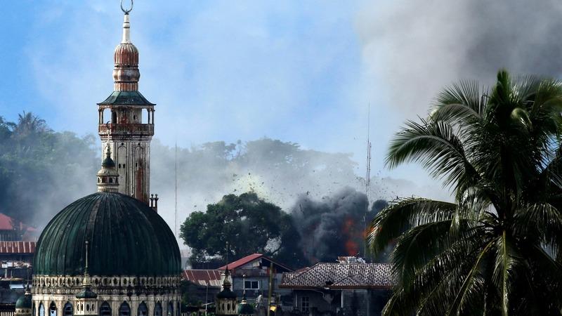 Survivors evacuate, Philippine troops battle IS