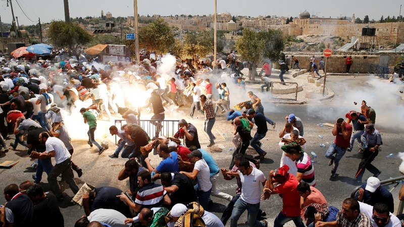 Muslim protesters clash with police in Jerusalem