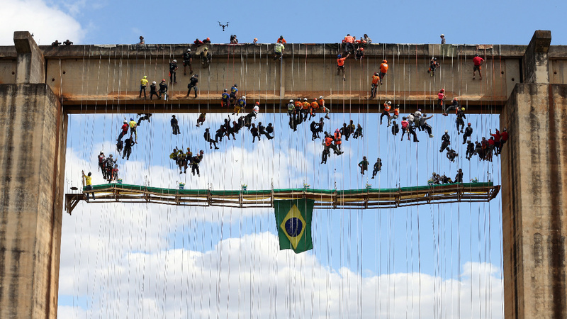 INSIGHT: Brazilians attempt record for aerial dining