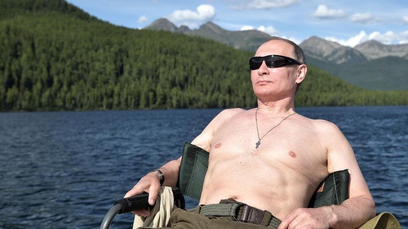 Kremlin shrugs at White House soap opera